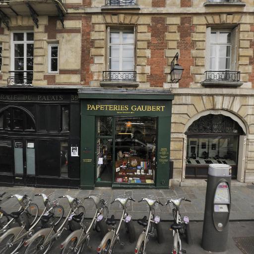 Station Vélib' Quai de l'Horloge - Pont Neuf - Vélos en libre-service - Paris